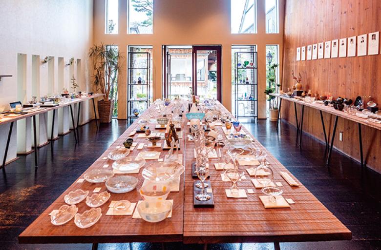 ギャラリーAMISU(現在休館中)|ガラスを中心とした上質な手仕事の作品に出会える、土蔵と古民家を利用したギャラリー
